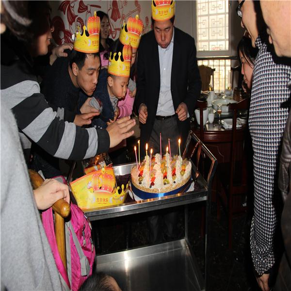 山东富沃德电力第四季度过生日家人吹生日蜡烛